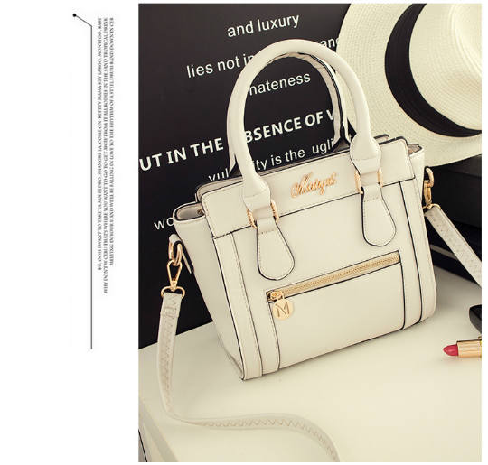 B537 IDR.190.000 MATERIAL PU SIZE L23XH23XW10CM WEIGHT 750GR COLOR BEIGE