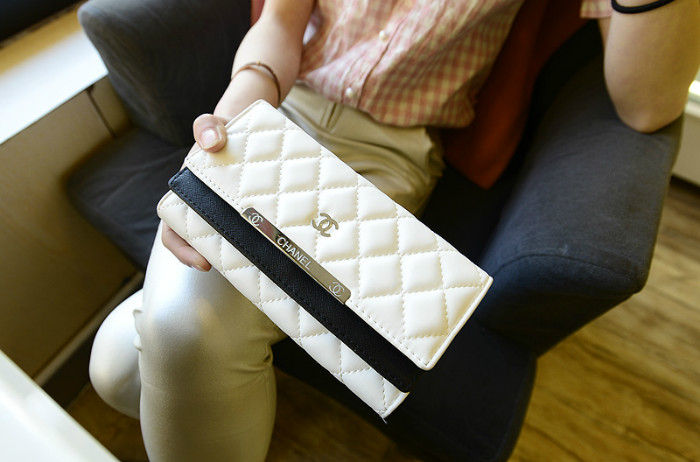 B6089 IDR.169.000 MATERIAL PU SIZE L19XH10XW3CM WEIGHT 400GR COLOR WHITE
