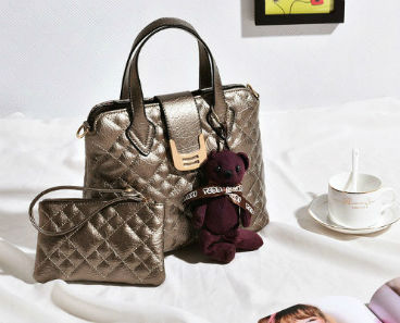 B614-(2in1) IDR.195.000 MATERIAL PU SIZE L27XH21XW11CM WEIGHT 750GR COLOR GOLD
