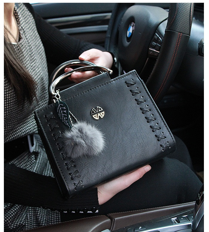 B638 IDR.186.000 TAS FASHION MATERIAL PU SIZE L23XH18XW10CM WEIGHT 750GR COLOR BLACK