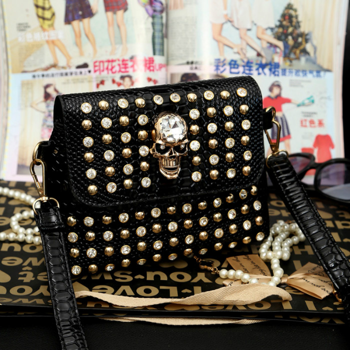 B656 IDR.170.000 MATERIAL PU SIZE L21XH16XW10CM WEIGHT 650GR COLOR BLACK