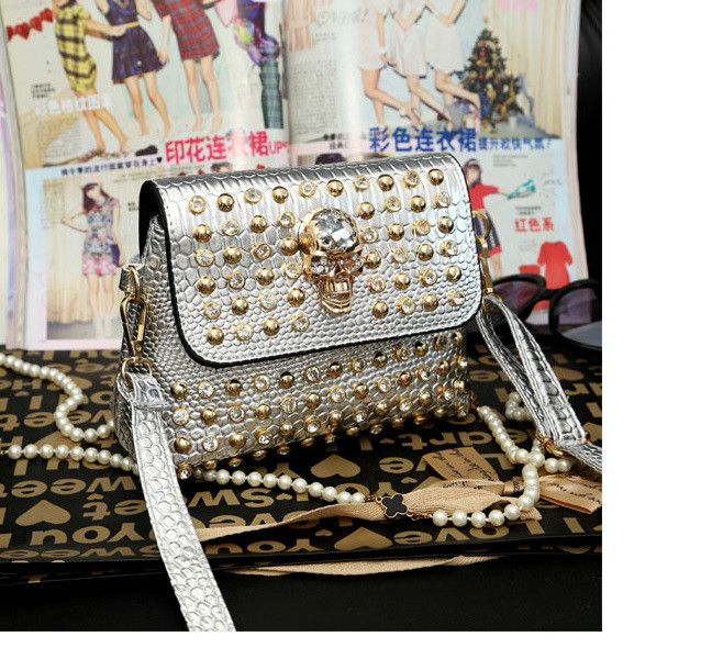 B656 IDR.170.000 MATERIAL PU SIZE L21XH16XW10CM WEIGHT 650GR COLOR SILVER