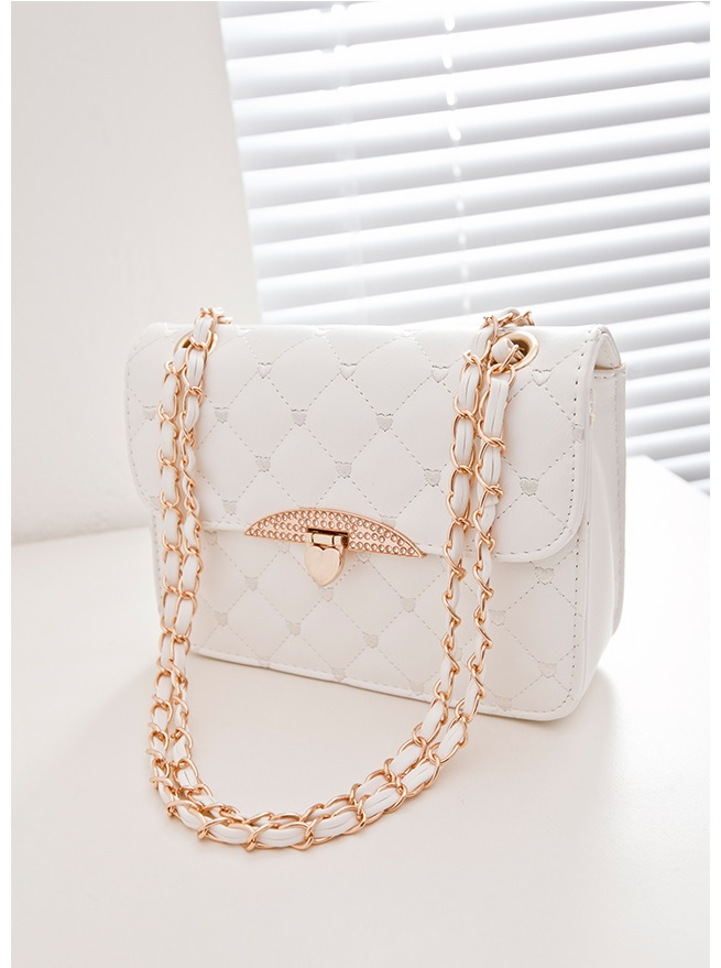 B801 IDR.155.000 MATERIAL PU SIZE L23XH16XW7CM WEIGHT 500GR COLOR WHITE