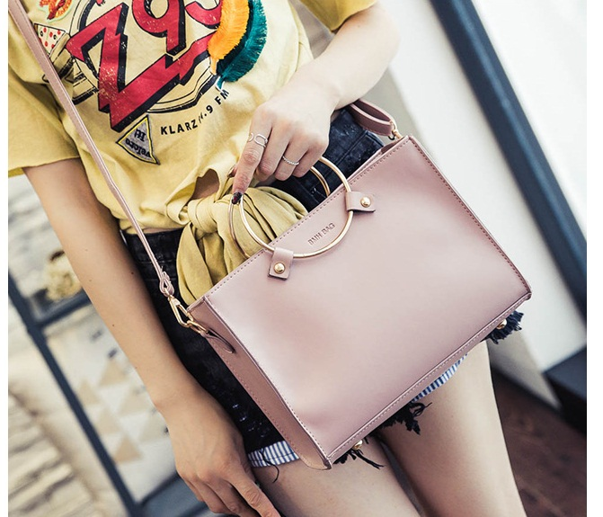 B8060 IDR.162.000 MATERIAL PU SIZE L26XH20XW8CM WEIGHT 600GR COLOR PINK