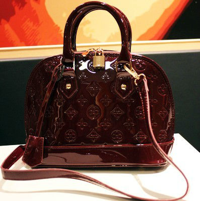 B8206 IDR.210.000 MATERIAL PU SIZE L29XH20XW12CM, STRAP 90CM WEIGHT 650GR COLOR RED