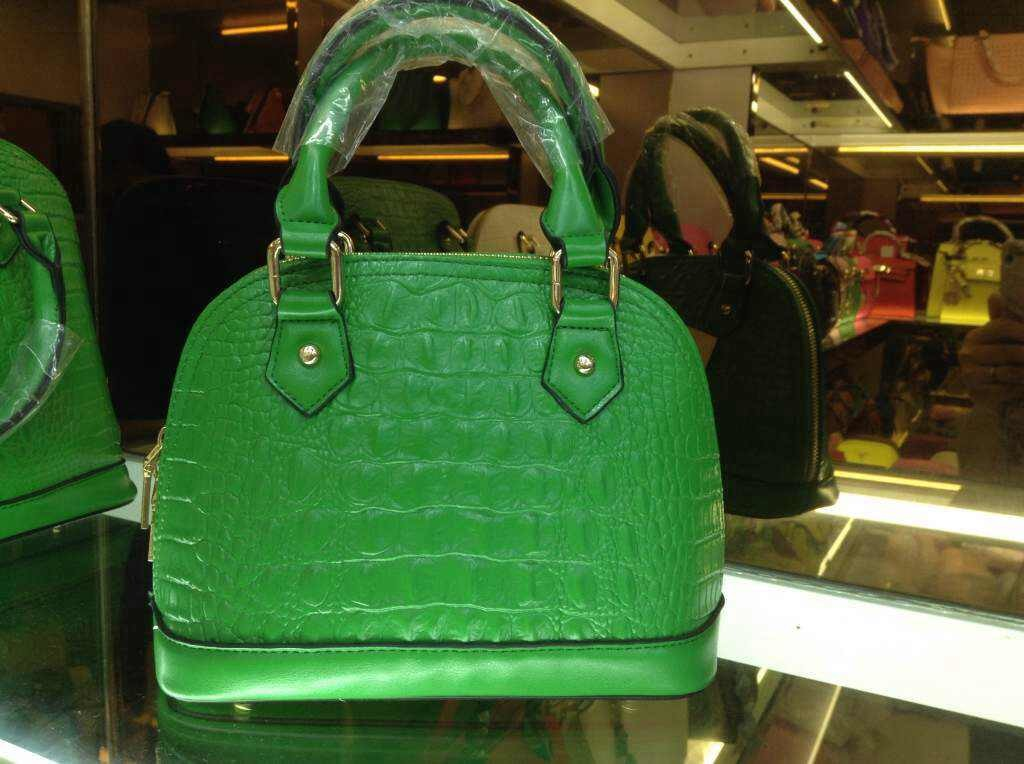 B8212 IDR.188.000 MATERIAL PU SIZE L25XH17XW12CM WEIGHT 600GR COLOR GREEN(INC-STRAP)