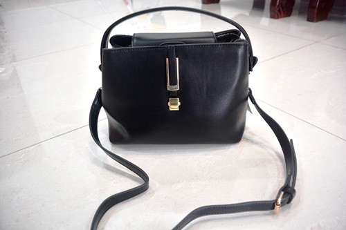 B830 IDR.215.000 MATERIAL PU SIZE L26XH20XW14CM WEIGHT 700GR COLOR BLACK