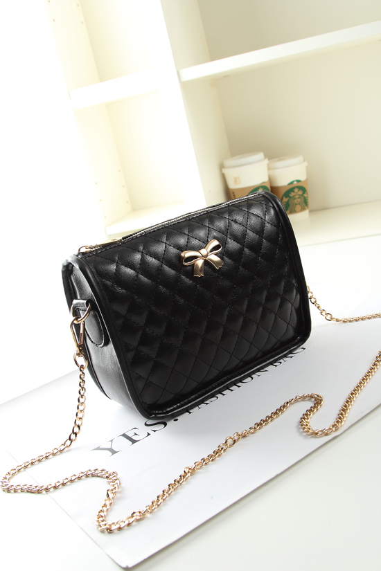 B8357 IDR.140.000 MATERIAL PU SIZE L22XH15XW7CM WEIGHT 400GR COLOR BLACK