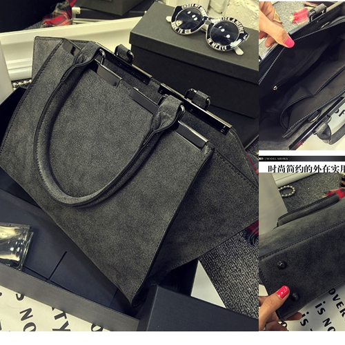 B8400 IDR.195.000 MATERIAL PU SIZE L41XH23XW9CM WEIGHT 800GR COLOR BLACK