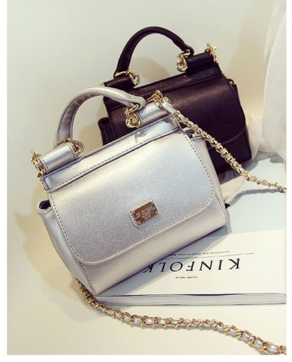 B8434 IDR.198.000 MATERIAL PU SIZE L26XH16XW7CM WEIGHT 650GR COLOR SILVER