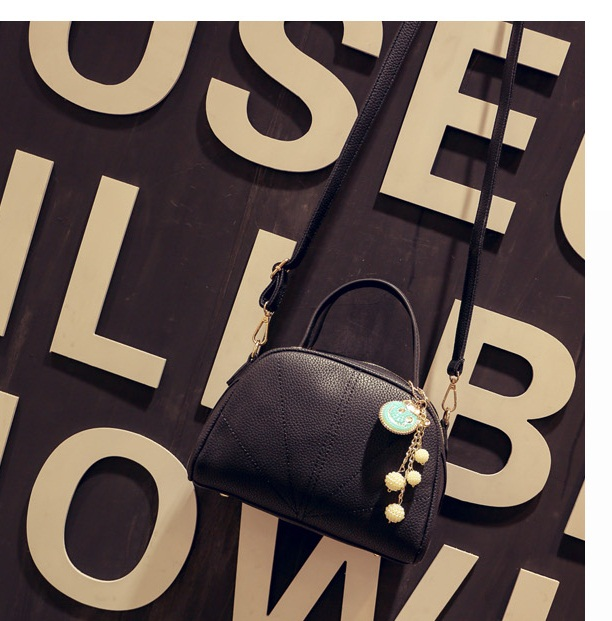 B8819 IDR.177.000 MATERIAL PU SIZE L24-18XH18XW12CM WEIGHT 800GR COLOR BLACK