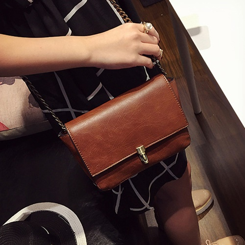 B9081 IDR.145.000 MATERIAL PU SIZE L22XH14XW6CM WEIGHT 500GR COLOR BROWN
