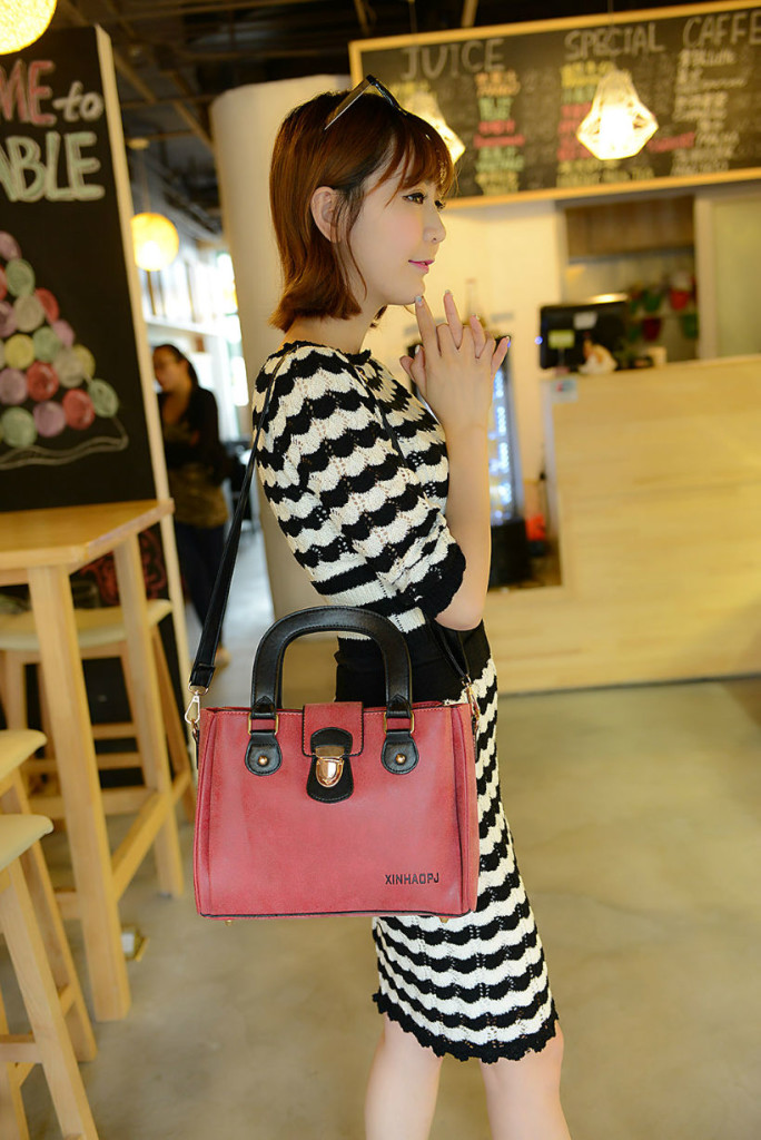 B978 IDR.195.000 MATERIAL MATTE-PU SIZE L28XH20XW10CM WEIGHT 750GR COLOR RED.jpg
