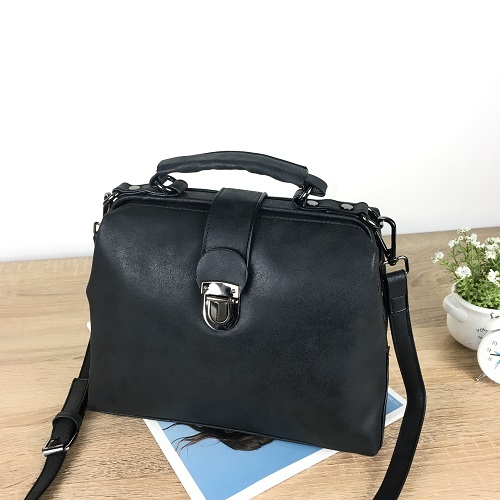 ... Tas Selempang Fashion Import Wanita Cantik. B010A IDR.165.000 MATERIAL PU SIZE L27XH21XW12CM WEIGHT 700GR COLOR BLACK