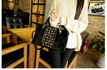 B1005 IDR.190.000 MATERIAL PU+FLUSH SIZE L30XH19XW10CM WEIGHT 700GR COLOR BLACK