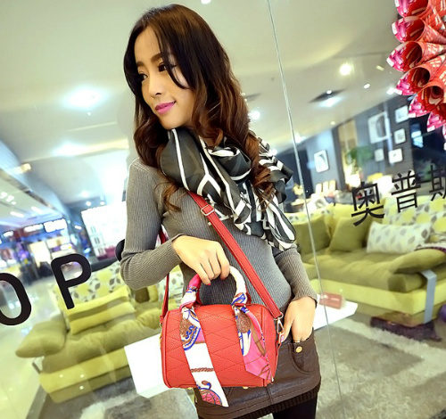 B1090 - Harga sebelum Diskon IDR.175.000 MATERIAL PU SIZE L17XH13XW10CM WEIGHT 650GR COLOR RED
