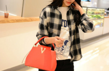 B1093 IDR.195.000 MATERIAL PU SIZE L20-24XH15XW10CM, STRAP 120CM WEIGHT 700GR COLOR RED