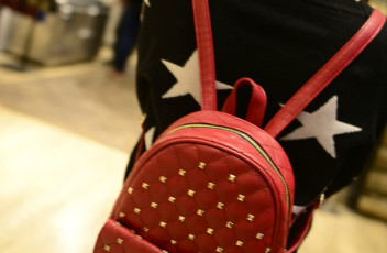 B295 IDR.190.000 MATERIAL PU SIZE L23XH27XW10CM WEIGHT 600GR COLOR RED