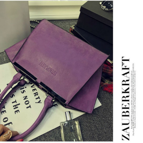B8400 IDR.182.000 MATERIAL PU SIZE L41XH23XW9CM WEIGHT 800GR COLOR PURPLE
